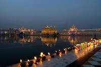 India, Punjab, Amritsar, the Golden Temple, lightning of candles by faithfuls during Guru Parab