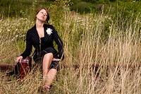 Frau sitzt auf den Gleisen