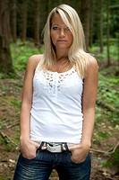 junge Frau posiert im Wald