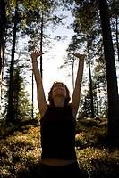 Frau beim Yoga im Wald