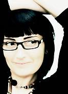 Portrait einer jungen Frau mit Brille, Gesichtsaufnahme