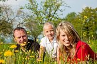 Familie auf Wiese im Frühling