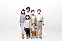 Multi_generational family all wearing surgical masks