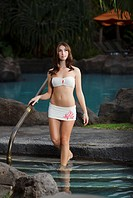 Hawaii, Maui, Makena, Attractive women entering a hot tub at luxury resort