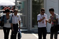 Sunday, Raquel del Rosario, wife of Fernando Alonso, Fabrizio Borra, Physiotherapist of Fernando Alonso and Fernando Alonso, Renault F1 Team, R29, Suz...