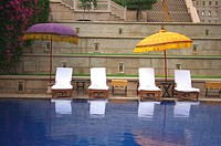 India, Agra, Amarvilas Hotel, umbrelas by pool