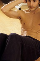 Darkhaired Man doing Sit-Ups - Physicalness - Sportiness (thumbnail)