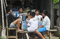 Ubud (Bali, Indonesia): kids playing with cards