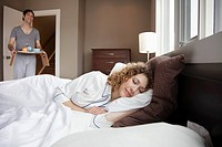 Man bringing his wife breakfast in bed (thumbnail)