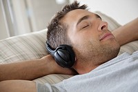 Man listening to headphones (thumbnail)