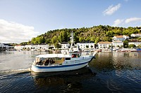 Excursion boat in front of houses at the shore, Sorland, Skaggerak, Norway, Scandinavia, Europe