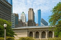 Contrasting architecture of Chicago´s old buildings verses the newer modern ones