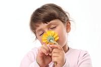 Kind und Blume freigestellt