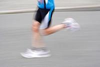 Die Beine von einem Lufer unscharf und in Bewegung