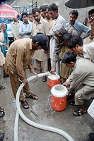 water distribution to victims of the pakistan floods