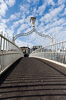 dublin, ireland, the ha´penny bridge spanning the river liffey