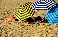 Sombrillas de bañistas en la playa de la Barceloneta, Barcelona, Catalunya, España
