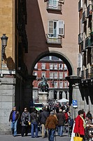 ENTRY TO THE PLAZA MAYOR FROM THE PLAZA DE LA PROVENCIA, MADRID, SPAIN