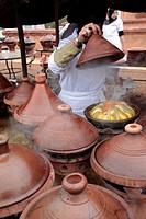COOKING BERBER TAJINES OUTDOORS, TERRES D´AMANAR, TAHANAOUTE, AL HAOUZ, MOROCCO