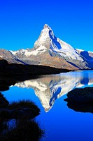 Matterhorn reflecting in mountain lake, Wallis, Schweiz