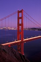 USA, California, San Francisco: Golden Gate Bridge and cityscape at dusk