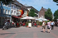 Germany, Neuss, Rhine, Lower Rhine, North Rhine-Westphalia, houses at the market place, pedestrian zone, people sitting in a sidewalk cafe, behind the...