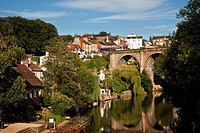 England, North Yorkshire, Knaresborough. Rowing boats for hire on the River Nidd. The Knaresborough Viaduct, built in 1851 to carry Victorian rail tra...