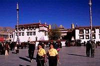 CHINA, TIBET, LHASA, BORKHAR MARKET, JOKHANG TEMPLE IN BACKGROUND