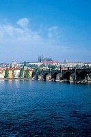 CZECH REPUBLIC, PRAGUE, VIEW OF CHARLES BRIDGE AND PRAGUE CASTLE, VLTAVA RIVER
