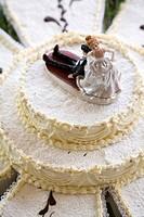Humorous wedding figurines on cake