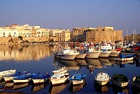 Italy, Apulia, Salento, Gallipoli.The harbour and castle