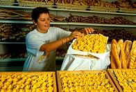 Italy, Emilia Romagna, Ferrara, female baker with cappellacci