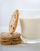 Glass of milk and cookies, close_up