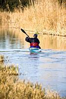 Hombre en canoa por la Albufera de Valencia