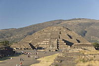 The Avenue of the Dead with the Pyramid of the Moon in the background, Archaeological Zone of Teotihuacan, UNESCO World Heritage Site, Mexico, North A...