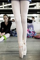 Legs of ballet dancer en pointe