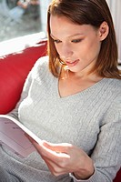 Young woman reading a book (thumbnail)