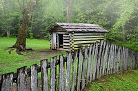 USA, Tennessee, Great Smoky Mountains National Park. Picket fence and abandoned log cabin. Credit: Dennis Flaherty / Jaynes Gallery / DanitaDelimont.c...