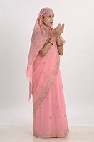 Muslim woman in pink sari and doing prayer MR 670U