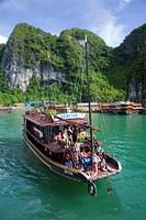 Junk boat near Hang Sung Sot cave  Ha Long Bay  Qung Ninh province, Vietnam