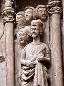 Detalle de las esculturas de la portada de estilo gótico del siglo XIV de la iglesia de San Bartolomé - Logroño - La Rioja - España