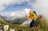 Hikers, Goetheweg trail, Karwendelgebirge mountains, Innsbruck, Tyrol, Austria, Europe