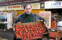 Seller with strawberries, Pavillon des Fruits et Legumes, fruit and vegetable hall, Rungis wholesale market near Paris, France, Europe