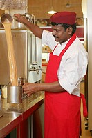 Man making teh tarik