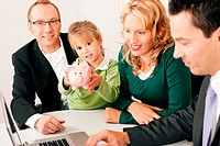 Familie mit Berater _ Finanzen