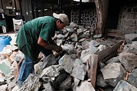 uomo che lavora in una fabbrica di giada, jades sa, antigua, guatemala
