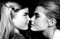 Mariel Hemingway, 14, with her sister Margaux Hemingway in New York, New York (thumbnail)