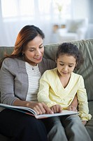 USA, New Jersey, Jersey City, mother reading book with daughter 6_7