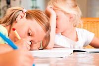Kinder machen Hausaufgaben in Küche