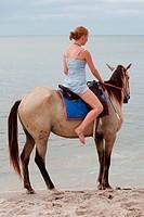 MäŠdchen reitet Pferd